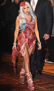 lady-gaga-com-vestido-de-carne-no-vma-2010-original1
